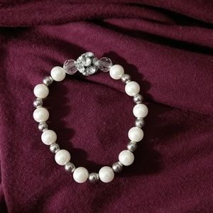 Jewelry - Cute stretch bracelet with faux pearls.
